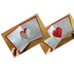 Im Anschluss klebt ihr die weiße Karte auf die farbige Karte. Achtet beim Leimen darauf, dass ihr das Herz ausspart. Um den 3D-Effekt noch zu verstärken, klebt ihr dann die farbige Herzschablone auf das weiße, herausgestülpte Herz.