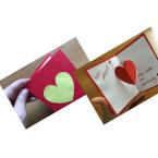 Das gelbe Herz klebt ihr auf die Vorderseite eurer Valentinsgrußkarte. Zum Schluss schreibt ihr noch eure Botschaft in die Karte. Fertig ist euer persönlicher Valentinsgruß.