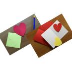 Dieses Herz dient euch nun als Schablone. Nehmt den gelben Bogen Papier und zeichnet das Herz mit der Schablone darauf. Schneidet es anschließend aus. Nun habt ihr zwei Karten und zwei ausgeschnittene Herzen.