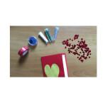 Wer mag, kann die Karte noch mit Glitzer, Aufklebern oder anderen Accessoires gestalten. Eine nette Idee ist beispielsweise auch, wenn das gelbe Herz auf der Karte oder das rote Herz in der Karte durch ein Foto ersetzt wird. Der Kreativität sind keine Grenzen gesetzt.