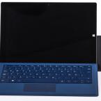 Mini-Desktop: Dank passender Aussparung müssen die Tastatur-Cover von Microsoft im Betrieb mit dem Dock nicht abgenommen werden.