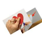 Nehmt erneut die Herzschablone und legt sie auf das weiße Blatt Papier, sodass die Mitte des Herzens auch in der Mitte der Karte liegt. Zeichnet das Herz nach. Faltet die Karte wieder, sodass ihr die Hälfte des angezeichneten Herzes seht. Danach schneidet ihr das Herz aus. Achtet darauf, dass an der dicksten Stelle des halben Herzes ungefähr zwei Zentimeter nicht durchgeschnitten werden.