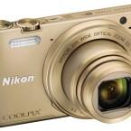 Die Nikon Coolpix S7000 besitzt einen fest verbauten Monitor und ein 20-Fach-Zoomobjektiv.