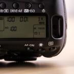 Auf der Oberseite besitzt die DSLR ein LC-Display. Leider wird die Bildqualität nicht mehr permanent angezeigt, sondern nur auf Knopfdruck.