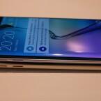 Durch den schmaleren Metallrahmen ist das Galaxy S6 Edge (oben) sechs Gramm leichter als das Galaxy S6 (unten).