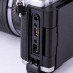 Neben einem microHDMI-Ausgang besitzt die OM-D einen kombinierten USB-Video-Anschluss und einen Eingang für ein externes Mikrofon.