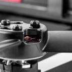 Die schwarzen Rotoren zeigen das hintere Ende der Drohne.