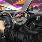 Vielmehr vernetzt sie sich mit dem Smartphone und am Fahrzeug verbauten Kameras, um dem Fahrer eine Art Röntgenblick zur ermöglichen.