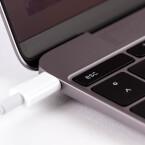 Lädt das Macbook, lässt sich kein weiteres Zubehör anschließen. Das geht nur...