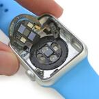 Blick auf die Induktionsladetechnik der Apple Watch sowie die optischen Sensoren  und den Pulsmesser.