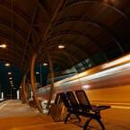 Die Bahnhaltestelle vor der Telekom in Bonn ist nachts klasse beleuchtet. Hier finden sich vielzählige Motive - Belichtungszeit 2 Sekunden.