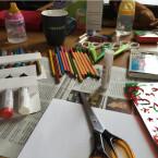 Um einen Bestimmerhut zu basteln, braucht ihr eine Seite Zeitungspapier, ein weißes Blatt, einen Klebestift, einen Bleistift und eine Schere. Für die Gestaltung des Huts legt ihr auch Stifte, Aufkleber, Prägestempel, Bänder, Schablonen - und was euch noch so einfällt und gefällt - bereit.