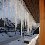 Viele Wintermotive warten nur darauf, entdeckt zu werden. Hier hat der Blick aus dem Fenster den Fotografen mit Eiszapfen im warmen Morgenlicht belohnt.