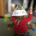 Am Kindertag dürfen die Zwerge dann mit ihrem gebastelten Hut herumlaufen und zeigen so allen, wer der Chef an diesem Tag ist.