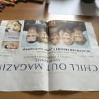 Klappt anschließend die Zeitung einmal wieder auf. Die Seite darf jetzt nur noch einmal gefaltet vor euch liegen. Wichtig dabei ist, dass die offene Seite zu euch und die gefaltete Seite von euch weg zeigt.