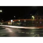 An einem Kreisverkehr bei Nacht ist manchmal ein wenig Wartezeit angesagt, bis endlich ein Auto vorbeifährt. Das Beispielbild hat einen Bus und zwei Autos in einem Bild eingefangen. 15 Sekunden Belichtungszeit und ein bisschen Glück, dass mehrere Fahrzeuge nacheinander durchs Bild fuhren, waren dafür nötig. Wie die Sterne um die Lampen herum entstehen, wird später noch beschrieben.