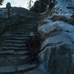 ...und lauft den verschneiten Berg hinauf.