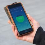 Ja, diese Rollschuhe sind per Bluetooth mit dem Smartphone vernetzt. Die App zeigt euch unter anderem den Ladestand...
