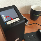 """Je nachdem was ihr scannen möchtet, wählt ihr die entsprechende Vorlageart aus. Zur Auswahl stehen Farbnegativ, Diapositiv und Schwarz-Weiß-Negativ. Beispielsweise wechselt ihr mit der UP-Taste auf das mittlere Icon für Diapositive und drückt nachfolgend wieder """"OK"""" zur Bestätigung. Danach wechselt der Scanner automatisch in den Live-Modus zum Scannen."""