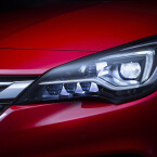 Auf Wunsch gibt es Voll-LED-Scheinwerfer, die die Fahrbahn dynamisch ausleuchten.