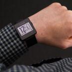 Das Design des Uhrendisplays kann umgestellt werden - schwarze Schrift auf weißem Hintergrund.