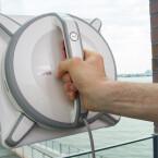 Per Knopfdruck werden die Saugpumpe und die Ansaugringe aktiviert, die den Winbot 9 an der Fensterscheibe halten.