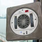 Daneben besitzt der Fensterreinigungs-Roboter eine Antriebskette für die Fortbewegung und Sensoren zur Erkennung von Hindernissen.