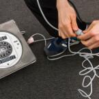 Ecovacs legt dem Gerät einen Saugnapf und ein Sicherheitsseil bei.