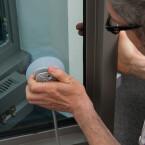 Der Saugnapf wird dabei an der Innenseite des Fensters angebracht.