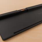 Im Fach auf der Rückseite finden im die im Lieferumfang enthaltenen Batterien Platz.