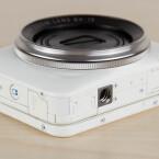 Die Kamera besitzt ein Gewinde für den Einsatz mit einem Kamerastativ. Seitlich befindet sich die mini-USB-Schnittstelle über die der Akku geladen werden kann oder Bilder übertragen werden können. Unten befindet sich der Karten-Slot in den eine microSD-Speicherkarte passt.