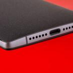 Ein Besonderheit des OnePlus 2 ist der microUSB-Anschluss an der Unterseite. Es handelt sich dabei um einen Port vom neuen Typ C. Bei diesem ist es egal, wie herum ihr den Stecker einführt.