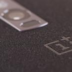 Sechs Linsen sorgen bei dieser dafür Verzerrungen und Farbfehler zu vermeiden. Zusätzlich verbaut OnePlus auch zwei Foto-LEDs um Motive besser auszuleuchten.
