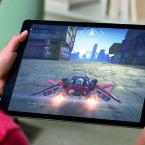 Trotz der Größe soll sich das iPad Pro dauerhaft in den Händen halten lassen. Es wiegt mindestens 713 Gramm.