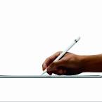 Ebenfalls neu ist der Apple Pencil. Der Stylus erkennt, in welcher Position er zur Bildschirmoberfläche gehalten wird. Der interne Akku wird über den Lightning-Anschluss aufgeladen.