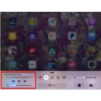 Öffnet das Kontrollzentrum. Darüber greift ihr auf die Steuerung zu, die euch durch die App Musik bekannt sein sollte. Hat alles funktioniert, seht ihr im Steuerungsfeld bereits den aktuellen Titel. Über das Steuerungsfeld regelt ihr die Wiedergabe der Songs. Ihr könnt das Kontrollzentrum wieder schließen und euer iPhone, den iPod touch oder das iPad ganz normal benutzen. Die Playlist wird nun im Hintergrundmodus abgespielt.