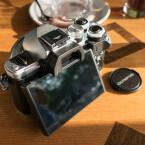 Wie auch das Vorgängermodell verfügt die Olympus OM-D E-M10 Mark II über ein klappbares Display.