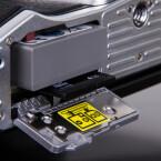 Der Akku der OM-D E-M10 Mark 2 wird wie die SD-Karte auf der Unterseite entnommen.