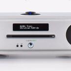 Ruark R4 MkIII: Kraftvolles Stereoradio mit CD-Spieler und regelbarem Subwoofer im Boden. UKW-/DAB+-Radio, rückseitige USB-Schnittstelle, und apt-x-Bluetooth sorgen für Quellenvielfalt, Kopfhörerbuchse frontseitig. Über den optischen Digitalanschluss kann auch der magere Ton eines Flachbild-TVs aufgewertet werden. Bedienung des zentralen Drehknopfs von oben. In Holz, Weiß oder Schwarz erhältlich. Preis inkl. Fernbedienung circa 800 Euro