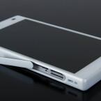An der linken Seite findet ihr beim Sony Xperia Z5 Compact den Einschub für SIM- und Speicherkarte. Damit das Gehäuse wasserdicht ist, müsst ihr die Kappe nach Einlegen wieder verschließen.