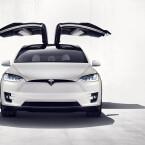 Charakteristisch für den Tesla Model X sind die Falcon Wing genannten Flügeltüren, die es serienmäßig gibt. Diese verhindern jedoch ...