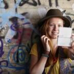 Das um 180 Grad schwenkbare Touchdisplay ist optimal für Selfies geeignet.