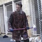 """Staffel 1 - Episode 2 """"Gefangene der Toten"""": Um aus Atlanta zu fliehen, muss sich Rick mithilfe von Blut und Eingeweiden als """"Beißer"""" tarnen."""