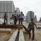 """Staffel 1 - Episode 4 """"Vatos"""": Das blanke Entsetzen ist Daryl und Co ins Gesicht geschrieben. Der Grund: Die Gruppe musste entdecken, dass sich Daryls Bruder Merle aus Verzweiflung die Hand abgehackt hat."""