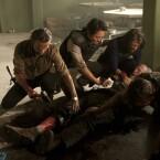 """Staffel 3 - Episode 2 """"Rosskur"""": Hershel wurde gebissen, damit sich die Infektion nicht ausbreitet, muss Rick ihm das Bein abhacken."""