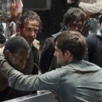 """Staffel 5 - Episode 1 """"Keine Zuflucht"""": Igitt. Gleich zu Beginn der 5. Staffel führen die Kannibalen Rick und Co zur Schlachtbank."""