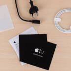 Die Fernbedienung wird per Lightning-Port geladen. Das HDMI-Kabel gehört nicht zum Lieferumfang.