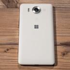 Microsoft verpackt die Highend-Hardware beim Lumia 950 in einem Polycarbonatgehäuse. Das Smartphone ist in Deutschland in den Farben Schwarz und Weiß erhältlich.