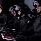 Hier seht ihr den bayrischen Polizisten bei seiner Arbeit an Board des Raumschiffes Spaceballs Eins.