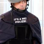 Diese Variante des Helmes orientiert sich noch an der alten Farbgebung der deutschen Polizei.